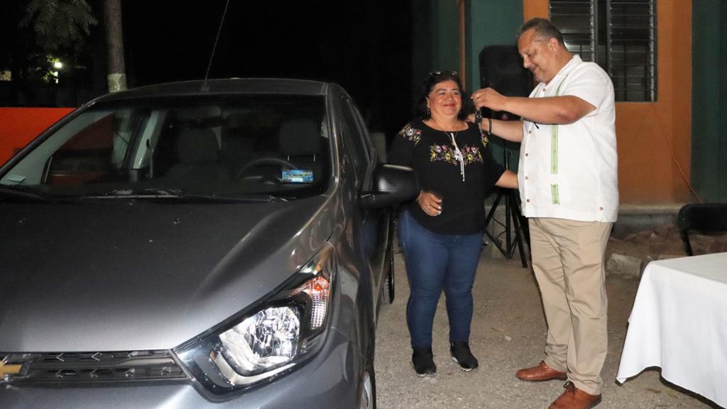 Prof Alejo, entrega auto rifado durante navidad