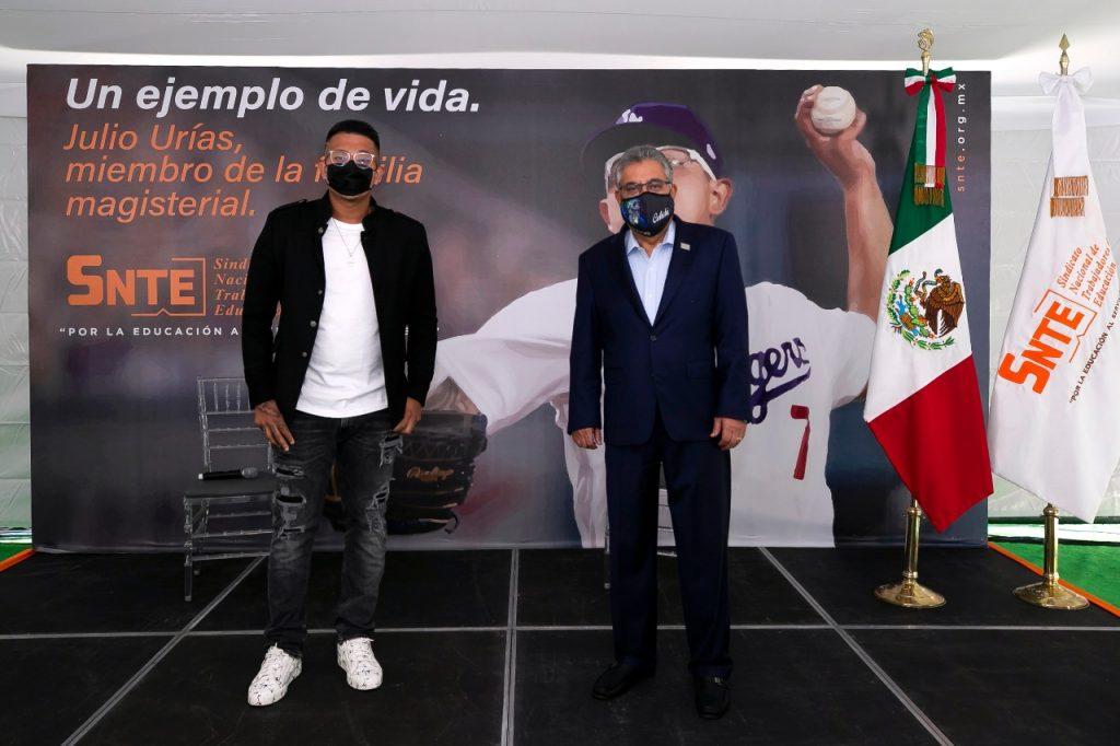 El beisbolista Julio César Urías hace equipo con el SNTE